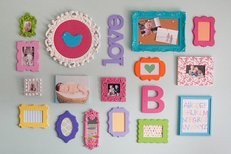 bebeginizin odasinin duvarlarinda renkli objeler kullanabilirsiniz